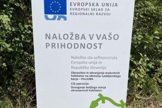 Informativna tabla projekta PoLJUBA v Strajanovem bregu.